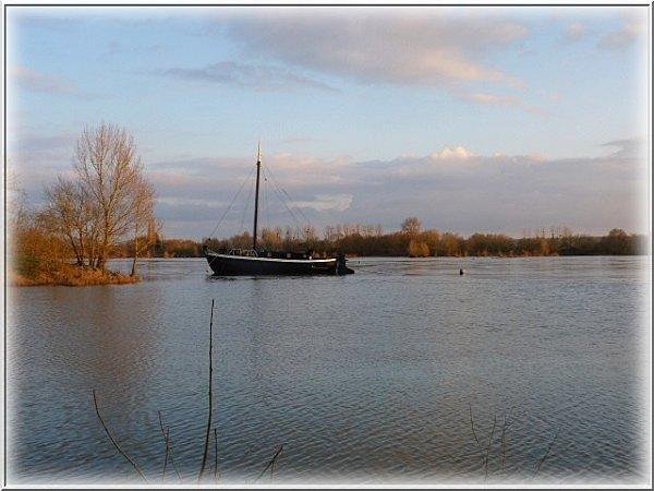 bateau-noir-et-loire.jpg