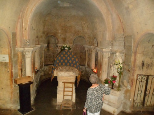 la nef conduit  à un escalier  menant  à la crypte partie mérovingienne,