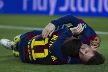 Neymar et Messi se congratulent