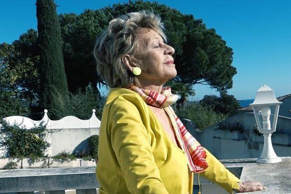 Annie Cordy chez elle, sur la Côte d'Azur.