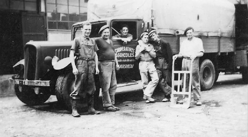 Hommage à des anciens . ( complément ) Groupe d'ouvriers devant un camion de la Coopérative agricole du Finistère et des Côtes du nord Source video