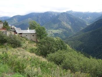 """En face, le village de Prats-Balaguer (le """"pré aux genets"""") et la vallée de la Ribérole"""