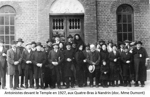 Antoinistes devant le Temple en 1927, aux Quatre-Bras à Nandrin