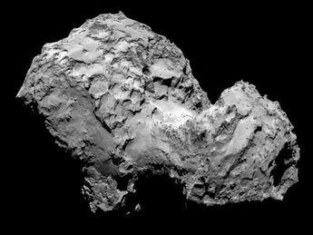 """La comète Tchourioumov-Guérassimenko, vue de la sonde """"Rosetta"""", le 3 août, à 285 kilomètres de distance."""