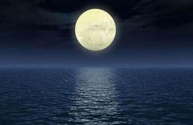 Lune se levant sur la mer
