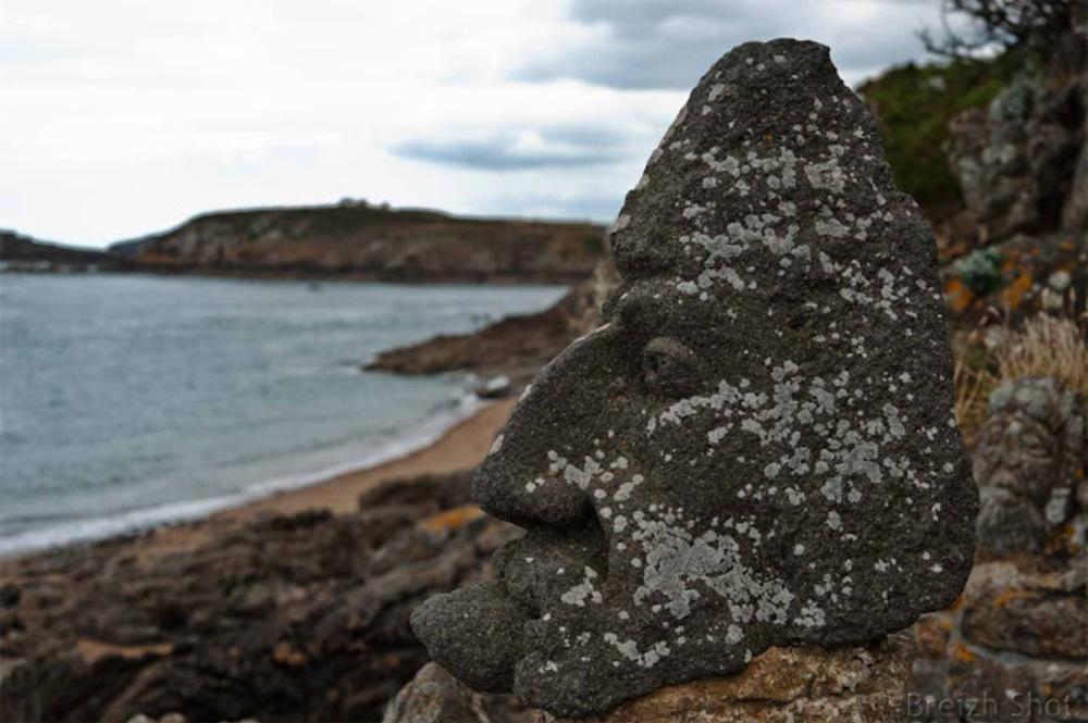 Sculpture Rothéneuf : Visage face à l'océan