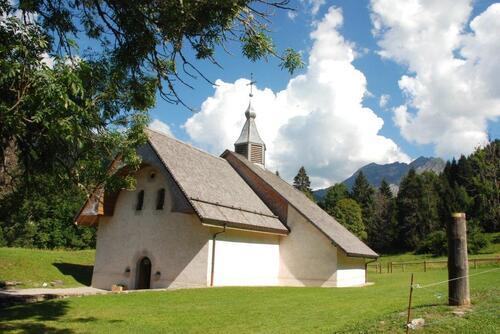 Voilà la chapelle sous le soleil