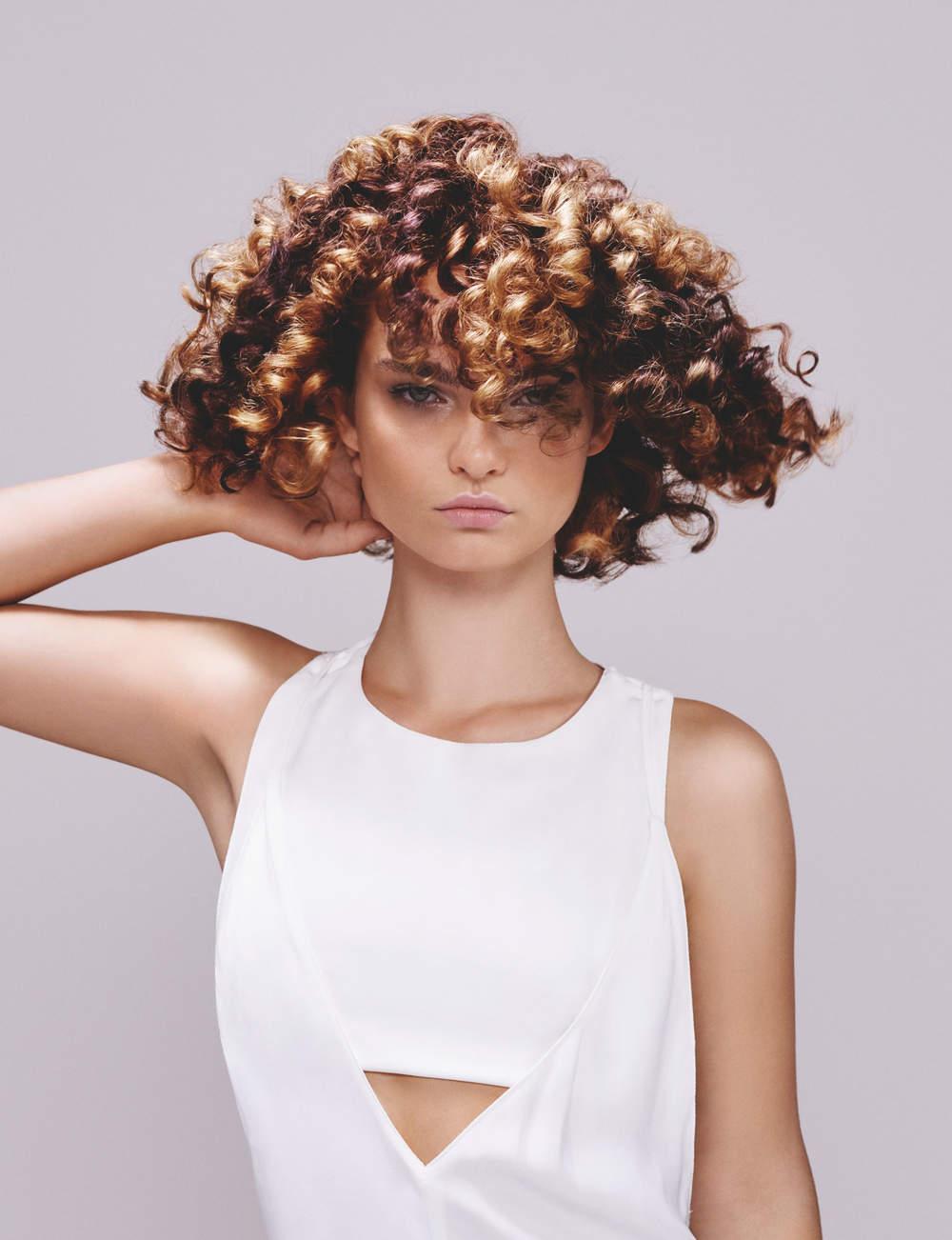 Un carré sur cheveux frisés
