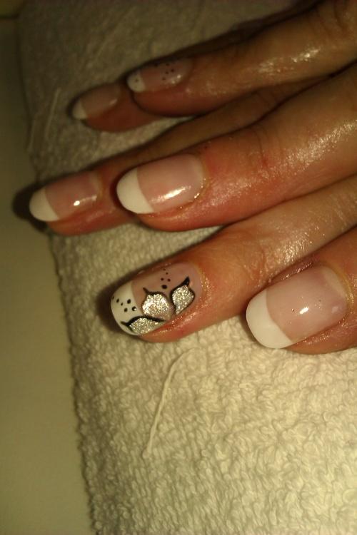 French blanche habillée d'une fleur argenté