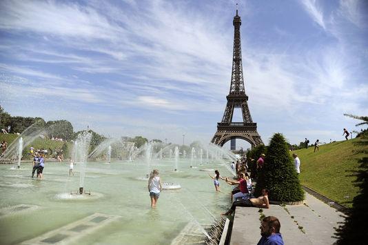 La fontaine du Trocadéro, à Paris, utilisée pour se rafraîchir, le 26 juin 2015.