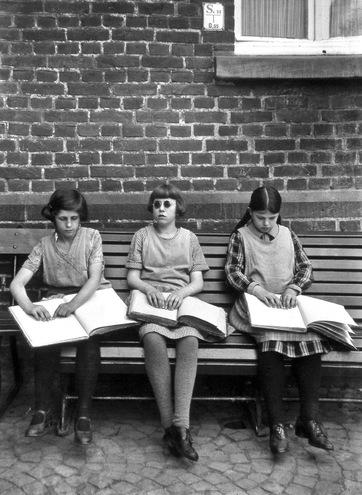 01- Les jeunes filles lisant