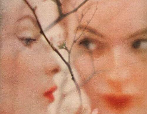 visage-de-profil-et-de-face-d-une-femme500x387