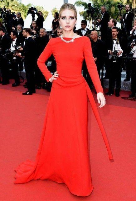 Lottie Moss en robe chic rouge