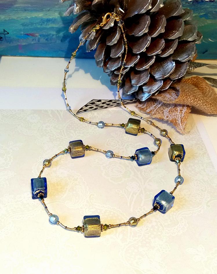 Long collier Bleu et Vert olive cubes verre de Murano authentique incrustés de feuille d'or et de feuille d'argent, Cristal de Swarovski / Plaqué or 14 kt Gold filled