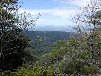 Panorama vers le Sud-Ouest. Tout au fond, derrière les deux Bessillon, on devine à peine le Mont Aurélien et la Sainte Baume