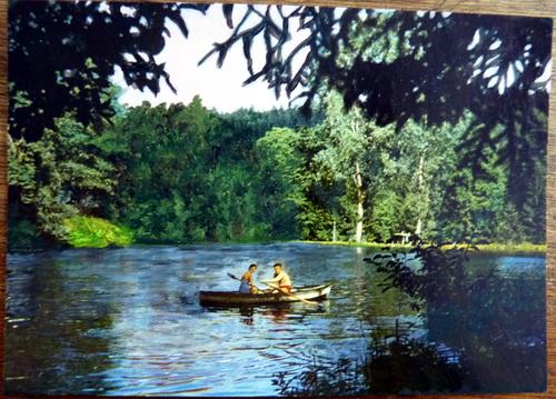 carte postale retouchée à l'acrylique, barque sur un étang