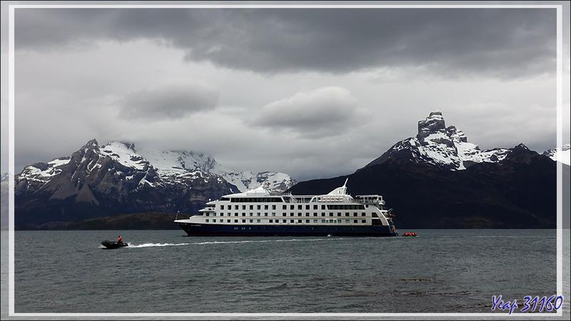 Nous sommes arrivés, le Stella Australis jette l'ancre dans le Seno (Fjord) de Agostini, sous le Monte Buckland et le Monte Stella - Terre de Feu - Patagonie - Chili