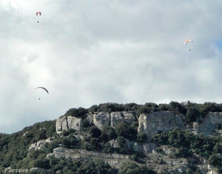 En parapente au dessus de la colline de Crussol