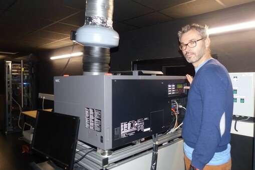 Sylvain Lecointre opère la maintenance de ses cinq projecteurs une fois par semaine.