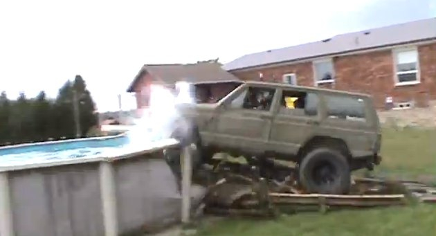 Ils ont voulu passer par dessus une piscine en Jeep