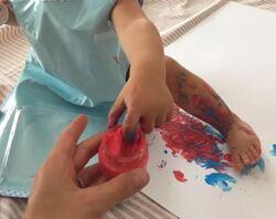 Premier atelier peinture à la maison avec bébé