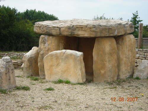 Reconstitution d'un Dolmen ( ou d'une allée couverte )