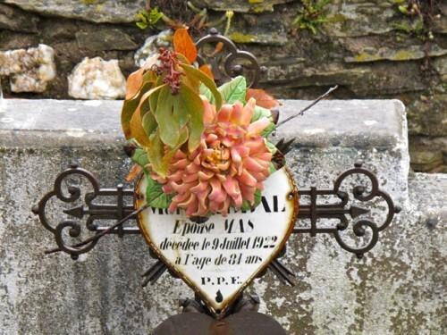 Chapelle Ste Madeleine cimetière fleurs céeramique