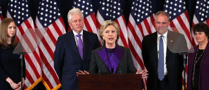 Clinton s'en prend au chef du FBI d'avoir porté un coup à sa campagne
