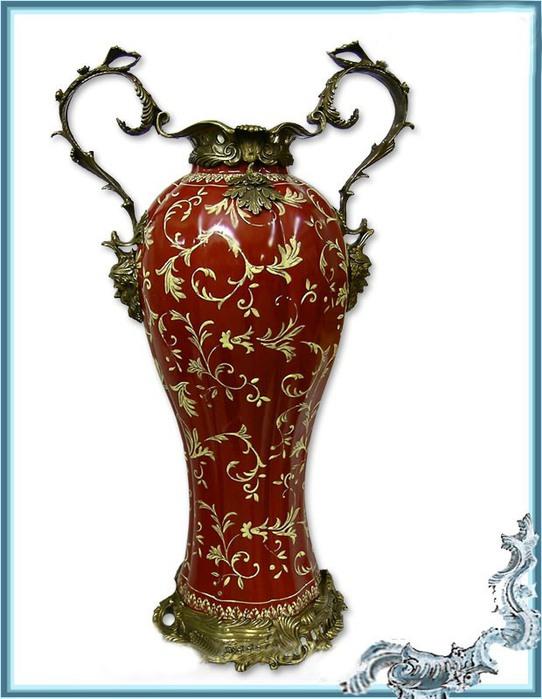 瓷花瓶与青铜装饰