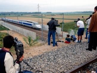 Les journalistes assistent au record de vitesse du TGV