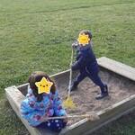 Fanny et Antoine jouent dans leur bac à sable.