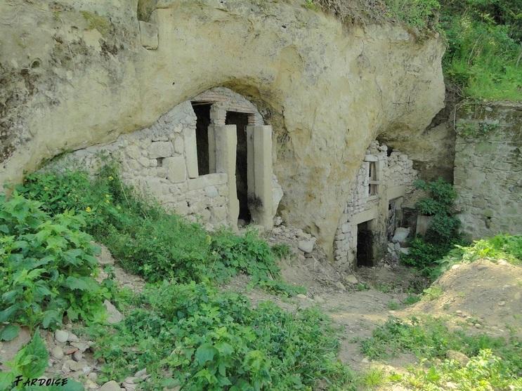 Dans le village troglodyte de Châteauneuf sur Isère