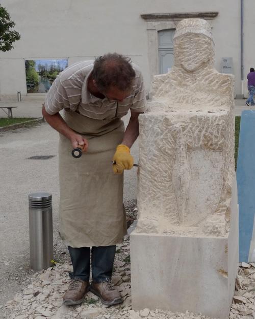 """Eric de Laclos redonne vie à deux statues anciennes de l'époque de la """"Dame de Vix""""..."""