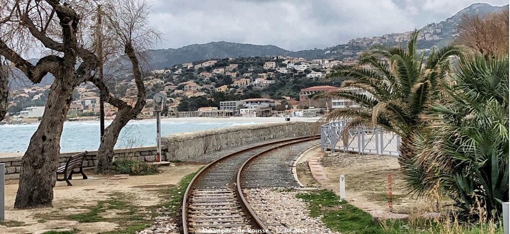 Vue sur Ile-Rousse depuis la voie ferrée entre la mairie et le monument aux morts