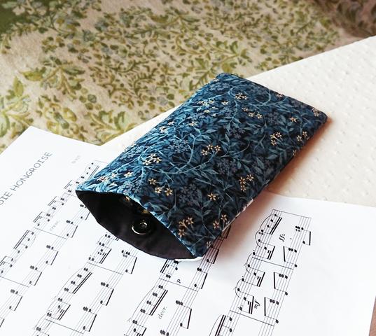 Etui molletonné téléphone mobile, lunettes, maquillage, 20 x 11,5 cm, tissu japonais et anglais coton imprimé bleu / blanc / argent,  motifs végétaux et oiseau grue / fermeture bouton magnétique