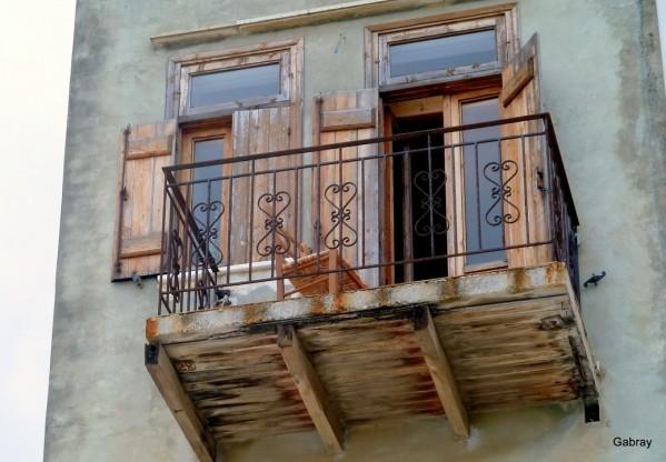 v09 - Vieux balcon en bois