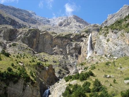 On approche du pied de la cascade de Marboré.
