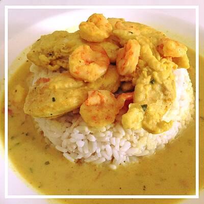 Curry de crevettes et poulet au lait de coco