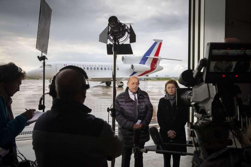 Jean-Yves Le Drian, ministre des affaires étrangères et Florence Parly, ministre des armées, parlent à la presse lors de l'arrivée des trois ex-otages français libérés, à Villacoublay, le 11 mai.