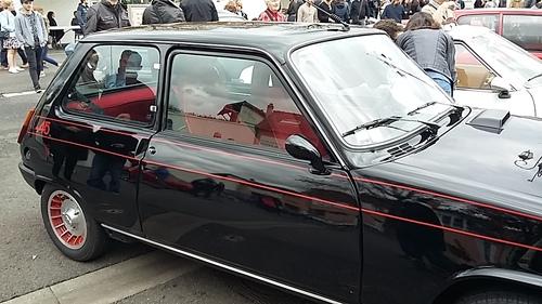 suite exposition de voitures anciennes.