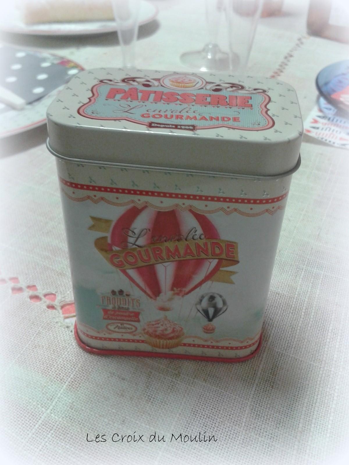 une boite remplie de bonbons