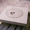 regard en pierre avec poignée en fer forgé