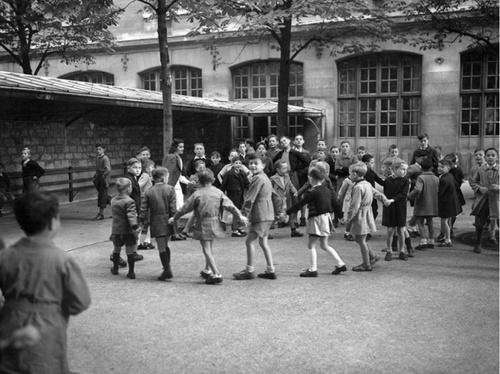 03 - Dans la cour de l'école