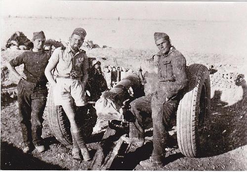 RA- 1942- Bir Hakeim - pièce de 75 mm de la 3e Batterie en position de tir dans son alvéole