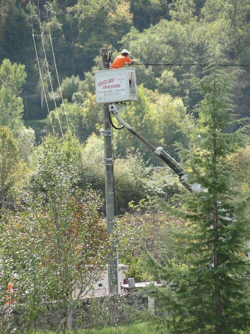 ERDF enlève les cables aériens dans la rue