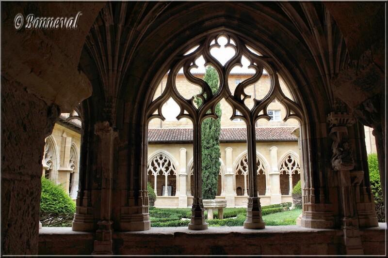 Abbaye Notre-Dame-de-la-Nativité Cadouin Dordogne vue sur le jardin de l'une des galeries du cloître