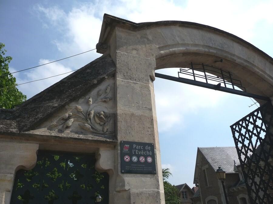Place Saint-Michel et notre moine ...