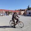 Cheikh Slimane avec la bicyclette de monsieur Zoubir
