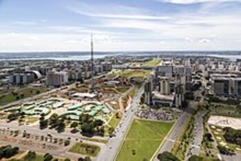 https://upload.wikimedia.org/wikipedia/commons/thumb/9/94/Brasilia_aerea_eixo_monumental.jpg/220px-Brasilia_aerea_eixo_monumental.jpg