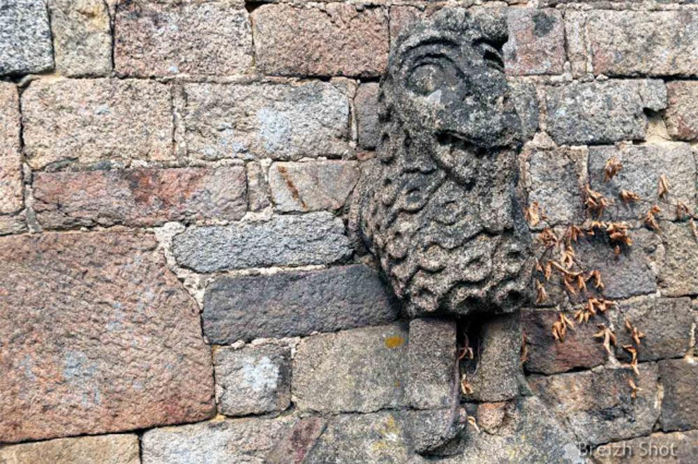 Lanvaudan,  lhaut-relief de mouton en façade